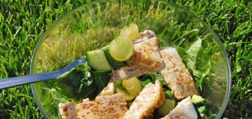 Салат с холодным омлетом и виноградом
