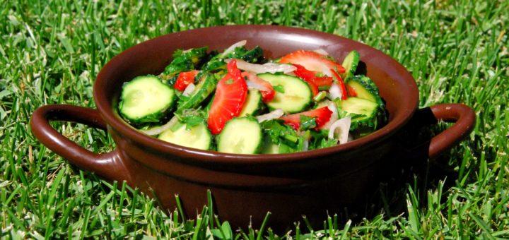 Салат из клубники и овощей